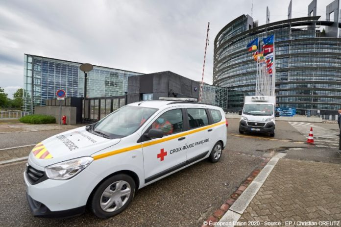 Red cross vehicle leaving EU building | © European Union, 2020, Christian Creutz